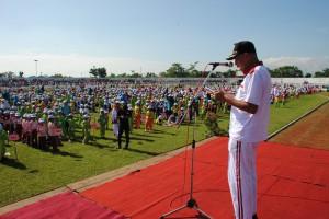 Bupati Purbalingga menyampaikan sambutan dihadapan ribuan peserta senam simpe